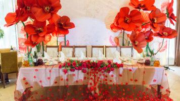 Президиум на свадьбе для молодых – как оформить оригинально и со вкусом
