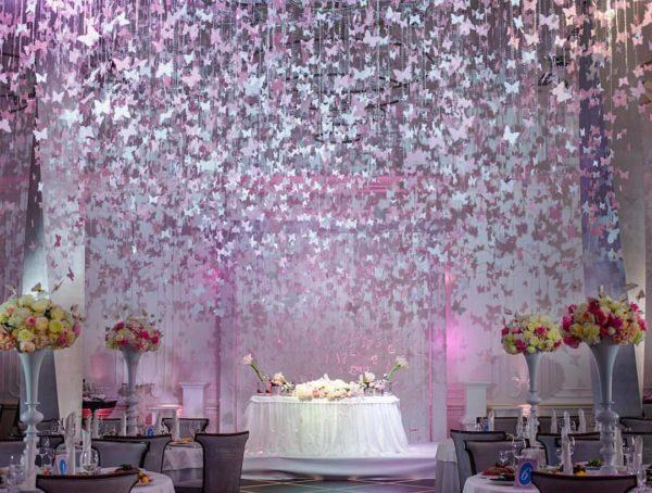 бабочки в оформлении свадебного зала