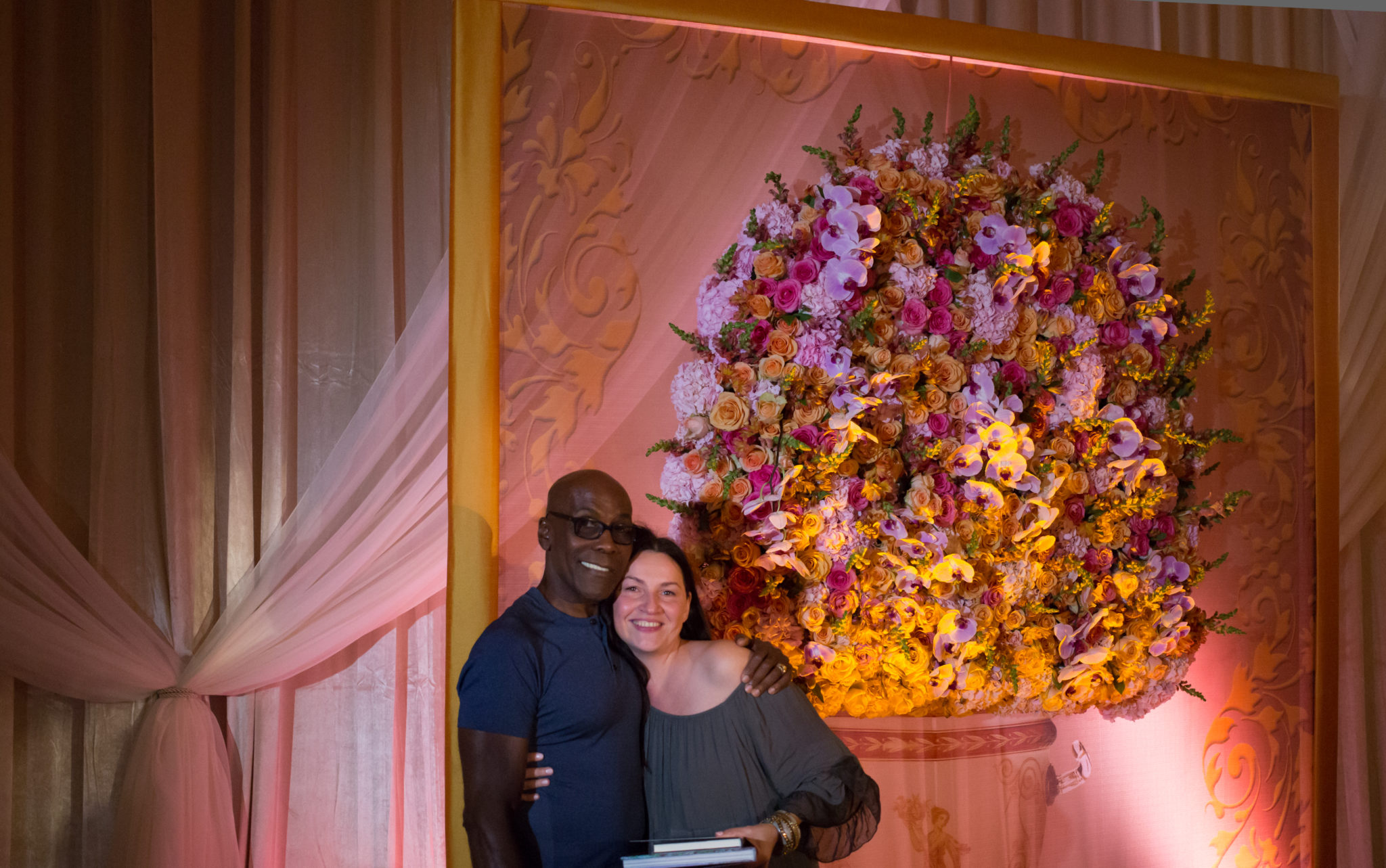 Цветочная стена на свадьбе