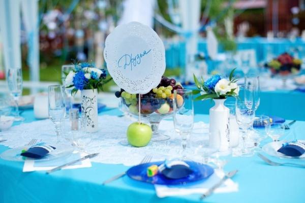 Оформление зала в голубом цвете