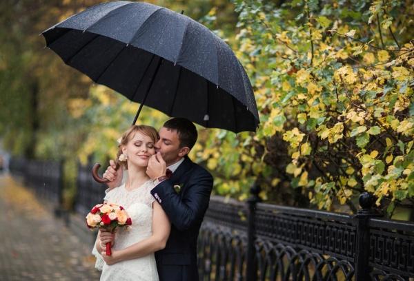 молодожены под зонтом