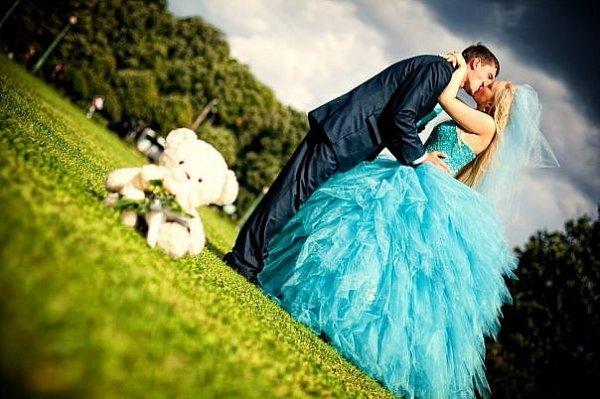 невеста в свадебном голубом платье