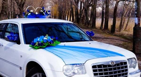 Белый свадебный автомобиль с аксессуарами синего цвета