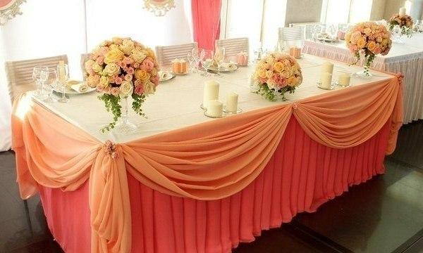 стол молодоженов в персиковых тонах