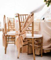 Стулья на свадьбу тоже нуждаются в оформлении, главное, сделать это с фантазией