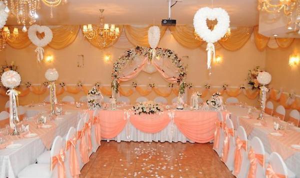 зал в персиковых тонах
