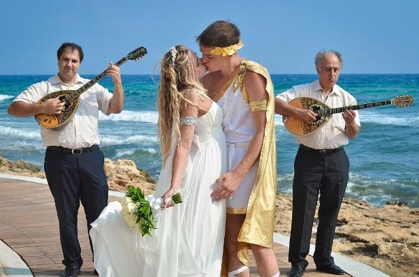 молодожены на свадьбе в греческом стиле
