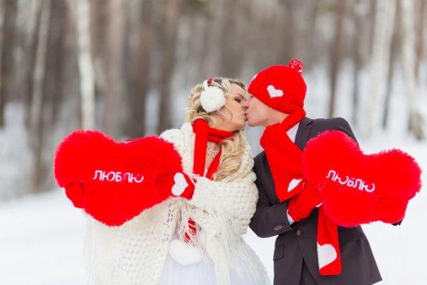 молодожены на свадьбе в красном цвете