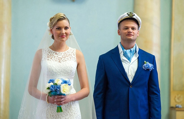 молодожены на свадьбе в морском стиле