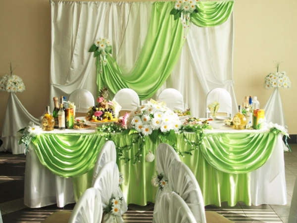 оформление стола молодоженов для ромашковой свадьбы