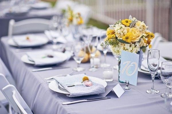 цветы и посадочные карты на свадебном столе