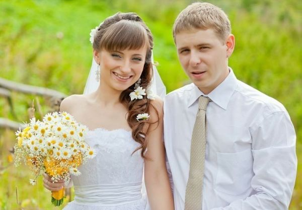 жених и невеста с ромашками