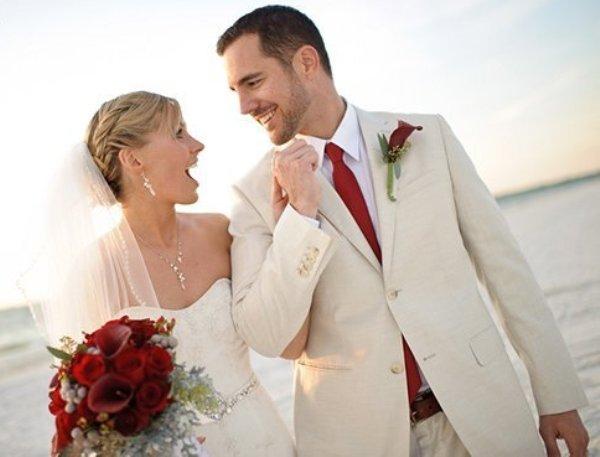 жених и невеста в белом с красными элементами