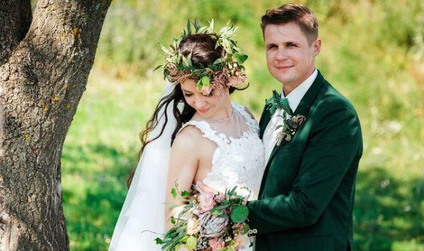 жених и невеста в изумрудных тонах