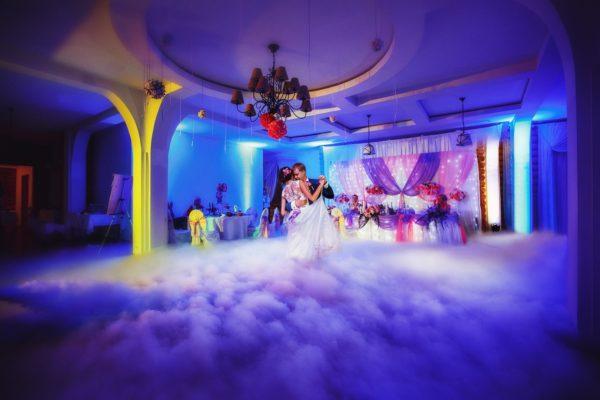 Незабываемое волшебство первого свадебного танца: дым-машина для впечатляющих спецэффектов