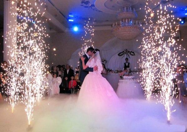 свадебный танец в тяжелом дыму