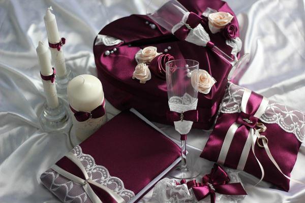 аксессуары для бордовой свадьбы
