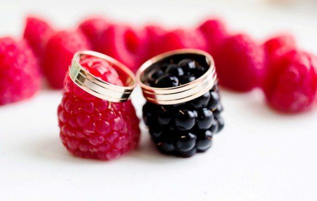 Как стильно оформить малиновую свадьбу, чтобы она поистине была «сладкой»?