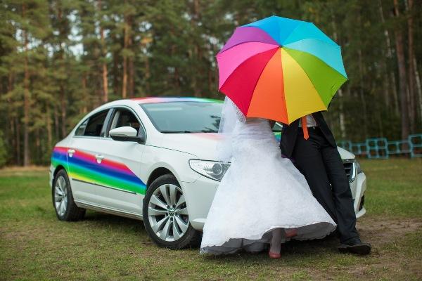 молодожены и свадебное авто на свадьбе стиле радуги