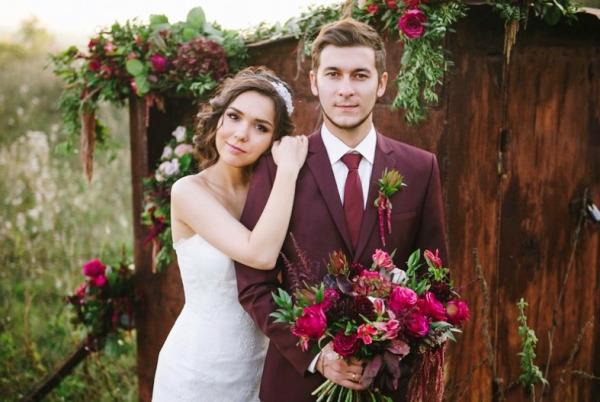 молодожены на бордовой свадьбе