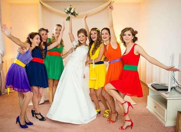 невеста с подружками на радужной свадьбе