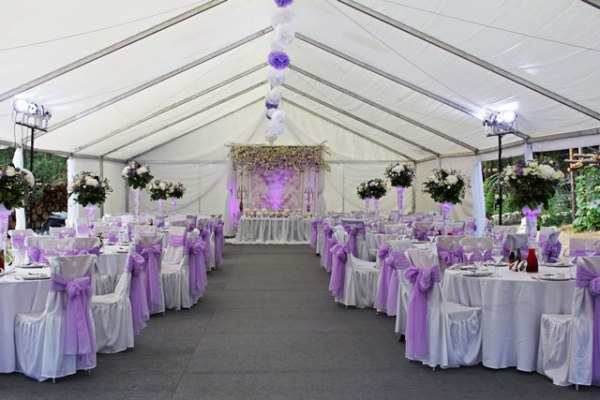 оформление банкетного зала для лавандовой свадьбы