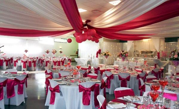 оформление свадебного зала в малиновом цвете