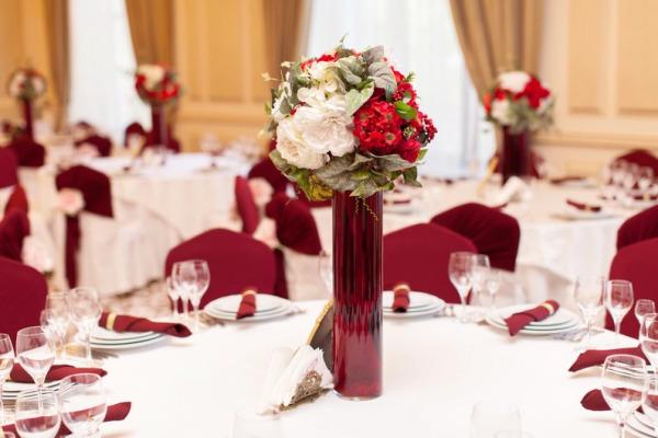 оформление зала бордовой свадьбы