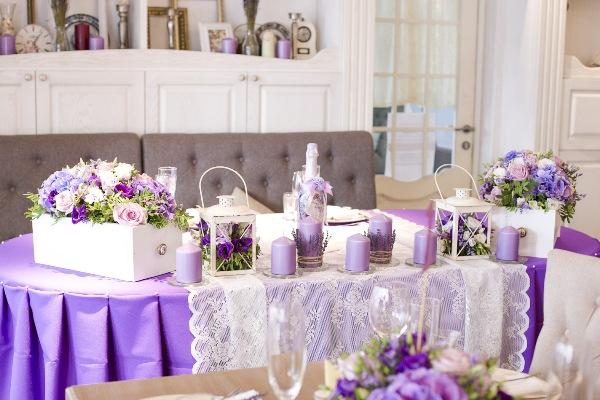 стол молодоженов лавандовой свадьбы