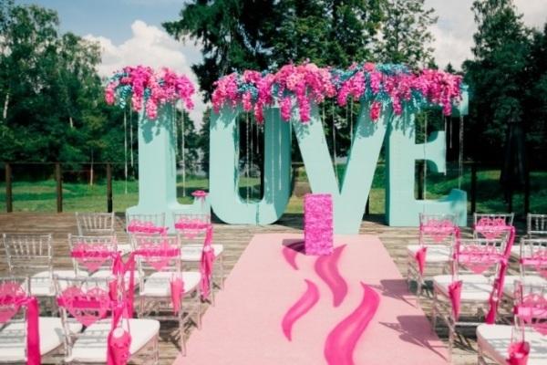 свадебная церемония в малиновом стиле