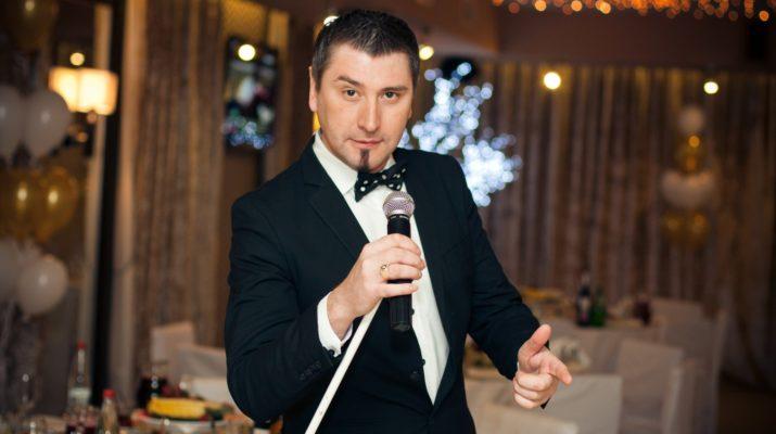 Не заскучать, запомнить все, потанцевать и посмеяться: что делает тамада на свадьбе