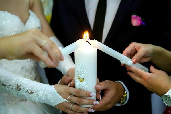 жених и невеста со свечей