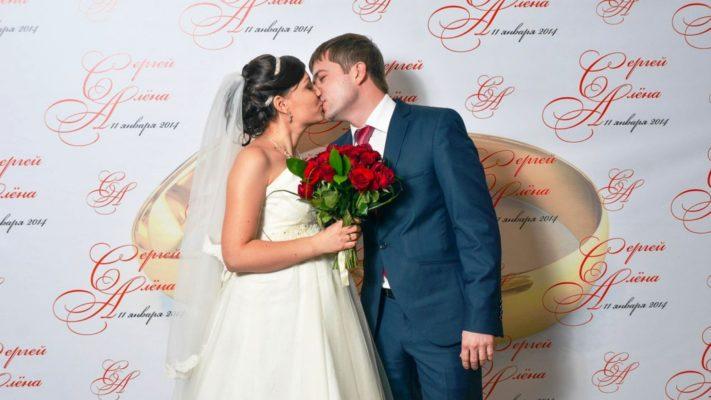 Современный прессволл в свадебном декоре: эксклюзивная фотосессия как у суперстар