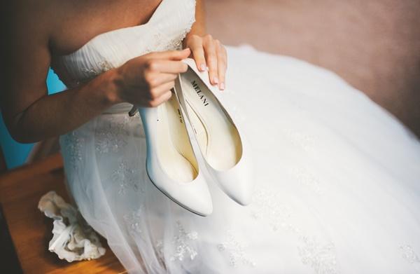свадебные туфли в руках