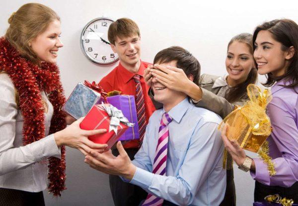 вручение подарков на корпоративе